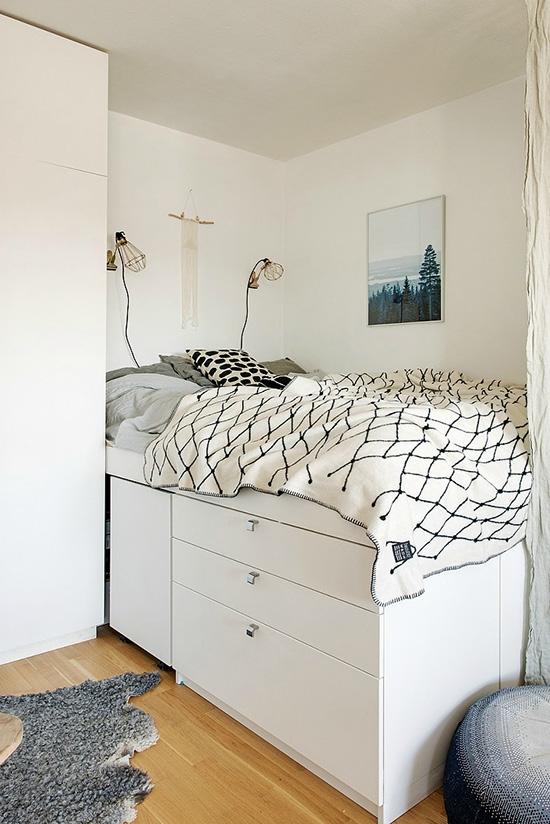厨房中的橱柜使用了大面积的白色铺陈,墙砖则是黑色格子布的纹理图片