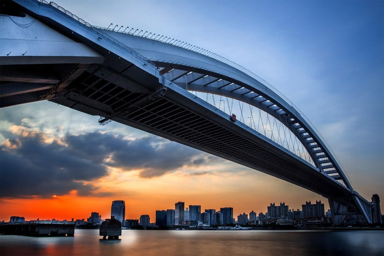 http://house.online.sh.cn/gb/content/attachement/jpeg/site1/20160708/IMG0025116ac9cf41793952483.jpeg /enpproperty-->   世界最大钢拱桥   卢浦大桥   当今世界第一钢结构拱桥卢浦大桥也是世界上跨度最大的拱形桥。