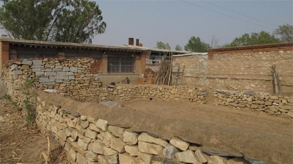 实拍东北最穷农村房 木棍和秸秆都用来做围墙